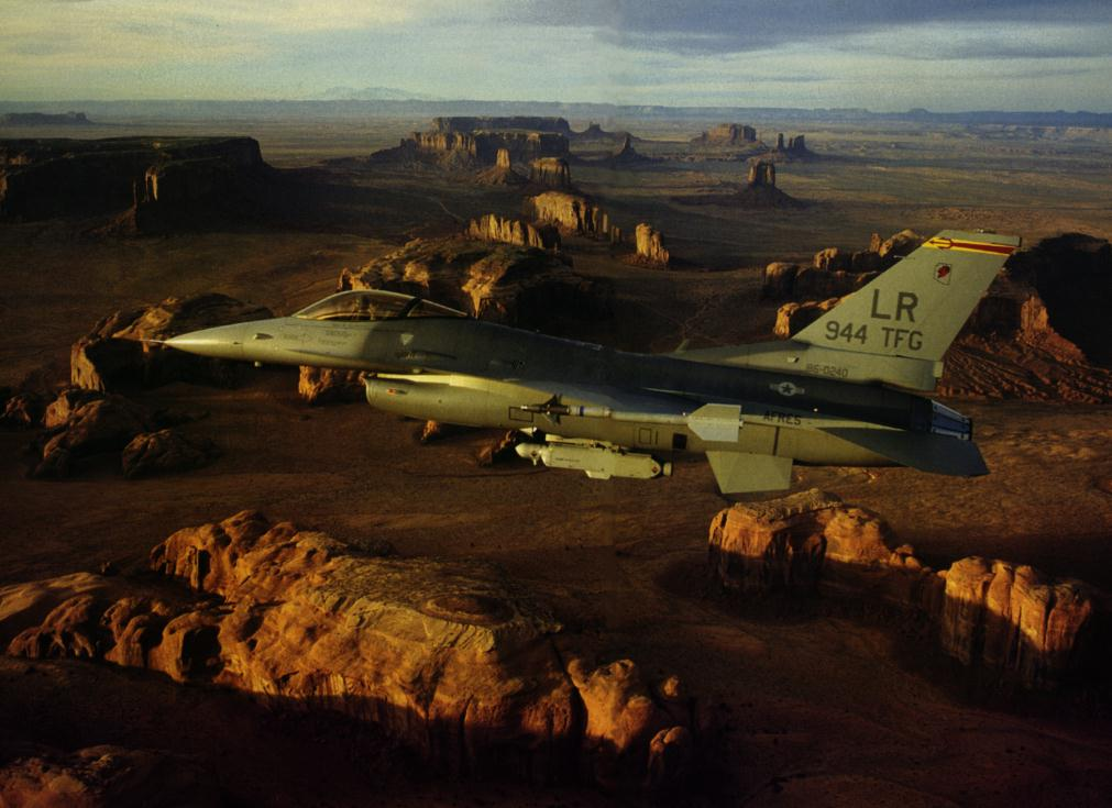 F-16C_over_Monument_Valley.jpg (93064 bytes)
